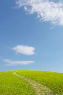 丘の散歩道と千切れ雲の写真素材 [FYI01442072]