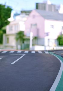 ピンクの家と道路の写真素材 [FYI01442076]
