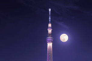 満月と東京スカイツリーの写真素材 [FYI01442100]