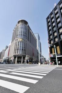 日本橋三越新館と横断歩道の写真素材 [FYI01442102]
