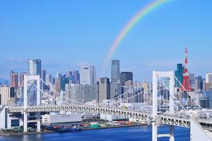 虹のレインボーブリッジと東京都心のビル群の写真素材 [FYI01442105]