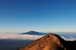乗鞍岳より木曽の御嶽山を見るの写真素材 [FYI01442117]