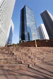 三角広場の石段と高層ビルの写真素材 [FYI01442146]