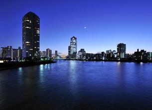 三日月と隅田川暮色の写真素材 [FYI01442169]