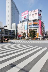 渋谷駅前のビルとスクランブル交差点の写真素材 [FYI01442173]