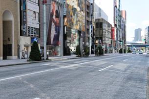 早朝の銀座中央通りの写真素材 [FYI01442181]