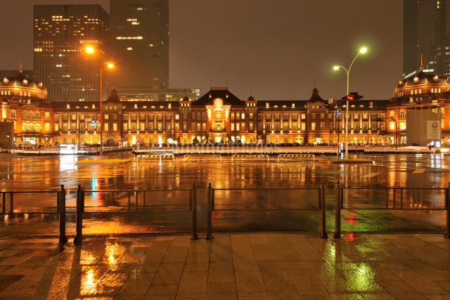 雨の東京駅ライトアップの写真素材 [FYI01442196]