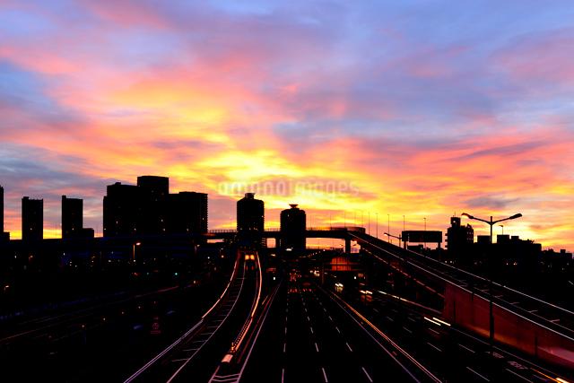 朝焼けの空と高層ビルと首都高速道の写真素材 [FYI01442207]