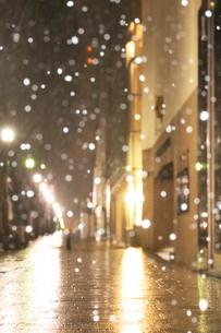 深夜の表参道雪景色の写真素材 [FYI01442218]