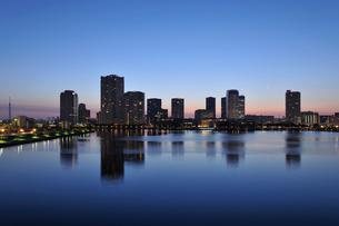 明け方の三日月と晴海運河と豊洲の高層ビル群と東京スカイツリーの写真素材 [FYI01442229]