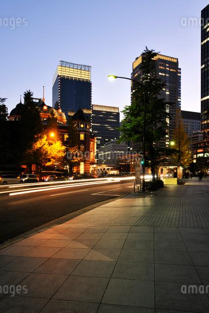 丸の内のビル群と夕暮れの歩道の写真素材 [FYI01442267]