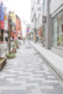 新宿の街の歩道とショーウインドーの写真素材 [FYI01442323]