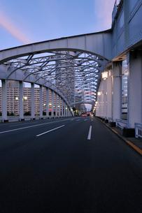 晴海通りと勝どき橋の夕景の写真素材 [FYI01442351]