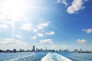 観光船から見るみなとみらい21風景の写真素材 [FYI01442367]