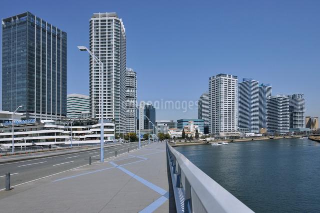 みなとみらい大橋とポートサイド地区の高層ビル群の写真素材 [FYI01442375]
