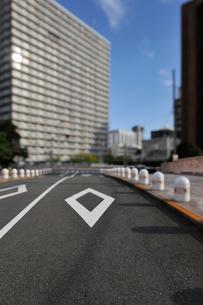 百代橋の路面標識とタワーマンションの写真素材 [FYI01442377]