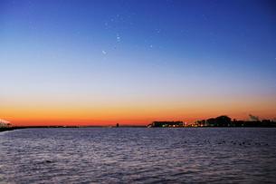多摩川河口の夜明けの写真素材 [FYI01442386]