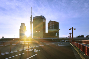 朝日と吾妻橋と東京スカイツリーの写真素材 [FYI01442408]