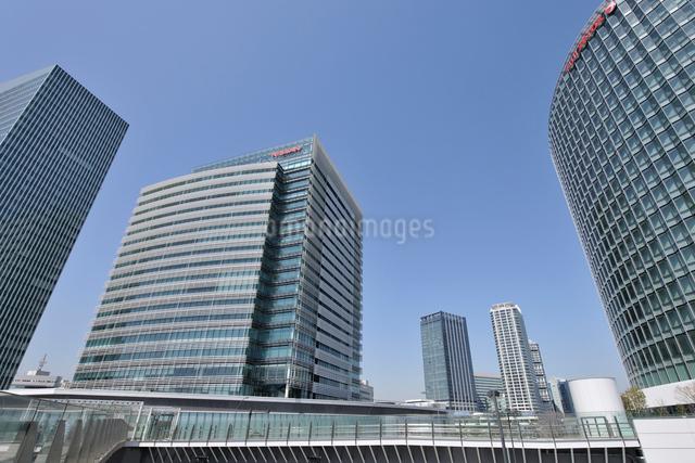 みなとみらいの高層ビルとポートサイド地区のタワーマンション群の写真素材 [FYI01442445]