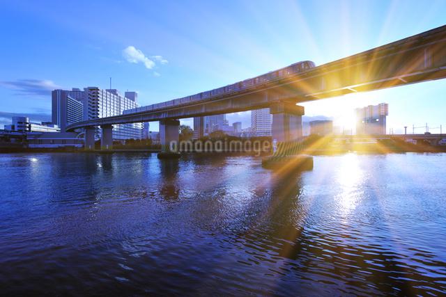 ウォーターフロントの夕日とモノレールの写真素材 [FYI01442451]