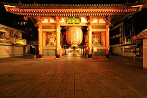 深夜の浅草寺雷門の写真素材 [FYI01442462]