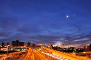 深夜の高速道路と東雲の高層タワーマンションの写真素材 [FYI01442469]