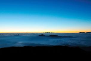 乗鞍岳剣ケ峰山頂より日の出を待つの写真素材 [FYI01442475]