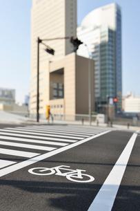 自転車通行帯とみなとみらいのビル群の写真素材 [FYI01442483]