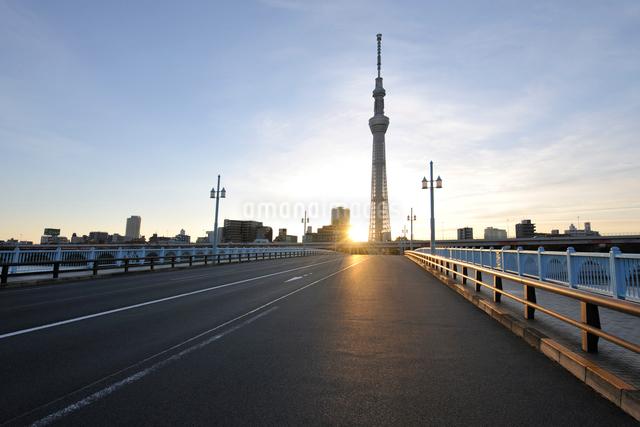 東京スカイツリーと言問橋の日の出の写真素材 [FYI01442507]