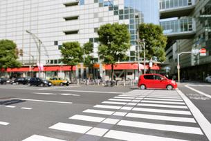横断歩道と赤い車の写真素材 [FYI01442508]