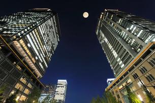 満月と丸ビルと新丸ビルの写真素材 [FYI01442515]