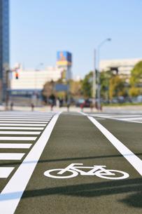 自転車通行帯とみなとみらいのビル群の写真素材 [FYI01442530]