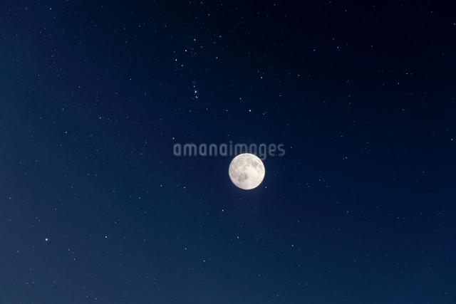 満月と星空の写真素材 [FYI01442574]