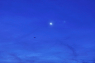 三日月と金星と旅客機の写真素材 [FYI01442591]