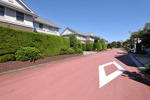 道路と高級住宅街の写真素材 [FYI01442596]