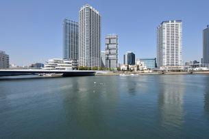 みなとみらい大橋とポートサイド地区の高層ビル群の写真素材 [FYI01442597]