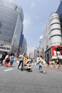 渋谷駅前道路と歩行者の写真素材 [FYI01442631]