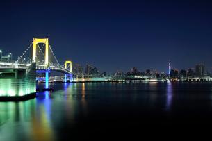 大晦日深夜のレインボーブリッジのスペシャルライトアップの写真素材 [FYI01442654]