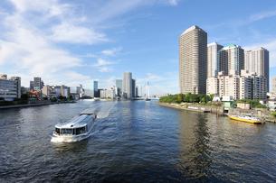 隅田川の水上バスとリバーシティ21の写真素材 [FYI01442664]