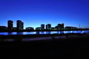 多摩川河川敷の夜明けの写真素材 [FYI01442675]