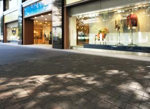 石畳の歩道とショーウィンドーの写真素材 [FYI01442684]