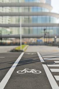 自転車通行帯とパシフィコ横浜の写真素材 [FYI01442691]