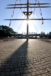 竹芝桟橋の石畳の広場と帆のオブジェの写真素材 [FYI01442718]