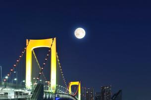 大晦日の夜のレインボーブリッジと満月の写真素材 [FYI01442731]