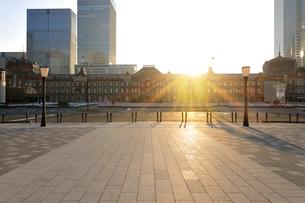 東京駅の日の出の写真素材 [FYI01442773]