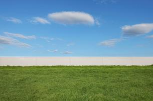 秋の空と屋上の芝生の広場の写真素材 [FYI01442794]