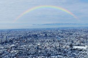 虹と東京都庁舎より見る雪の日の都心の町並の写真素材 [FYI01442799]