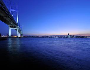 ベイブリッジと横浜港暮色の写真素材 [FYI01442812]