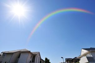 虹と高級住宅街の写真素材 [FYI01442822]