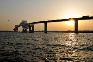 夕日と東京ゲートブリッジの写真素材 [FYI01442885]